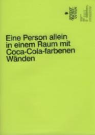Eine Person allein in einem Raum mit Coca-Cola-farbenen Wänden